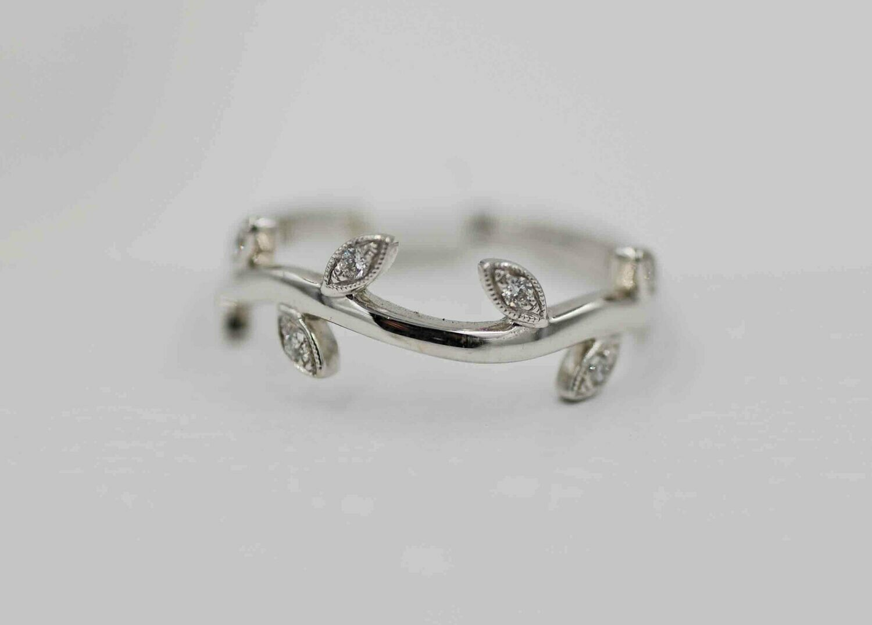 14kwg diamond leaf band .08cttw