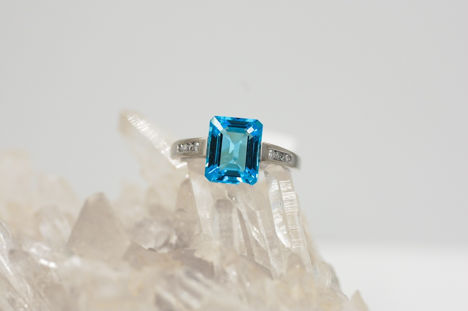 wg E/C blue topaz & diamond ring