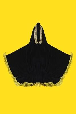 Poncho de micro fibra em tecido preto liso com touca e borda com cordões dourados - Gayatri
