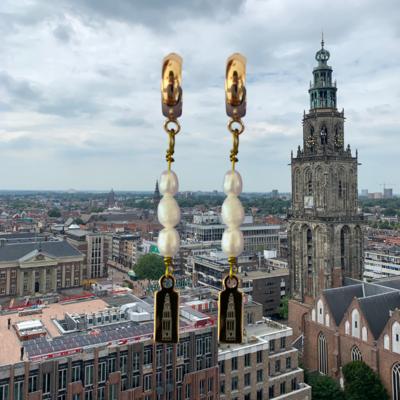 Oorbellen met DOMOOR bedels en zoetwaterparels (Groningen - Martinitoren)