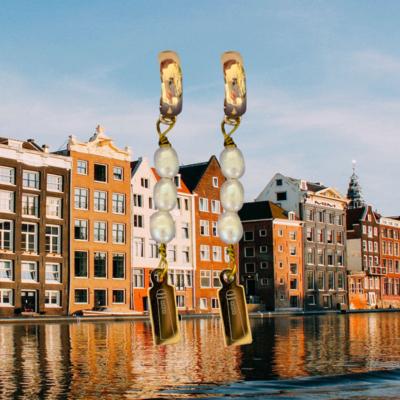 Oorbellen met DOMOOR bedels en zoetwaterparels (Amsterdam - Amsterdammertje)