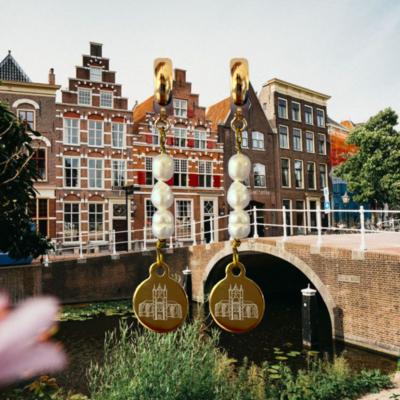 Oorbellen met DOMOOR bedels en zoetwaterparels (Leiden - Pieterskerk)