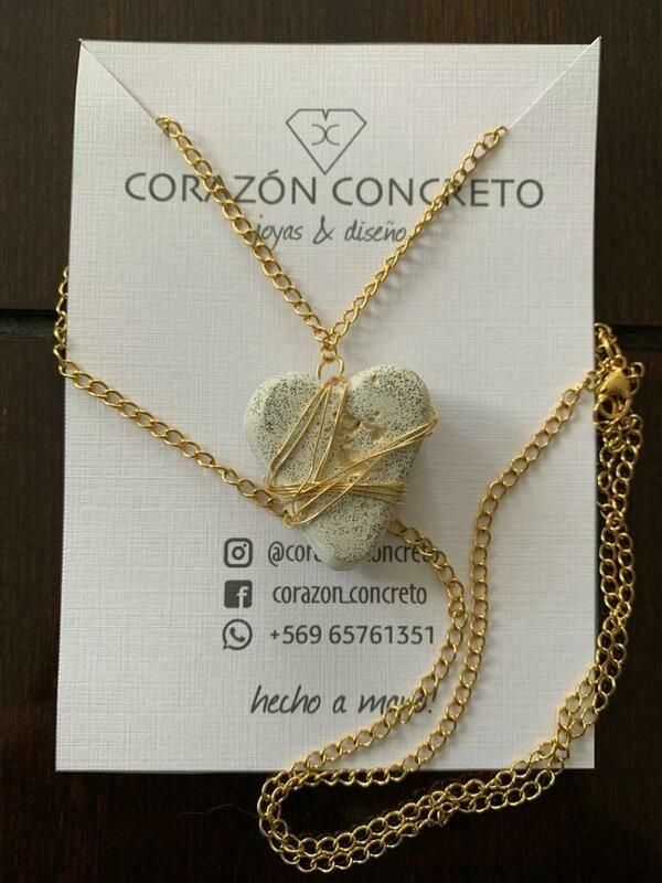 Collar dorado corazón cemento blanco