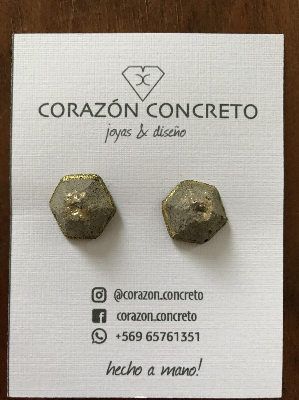Aritos cemento gris con dorado hexágono
