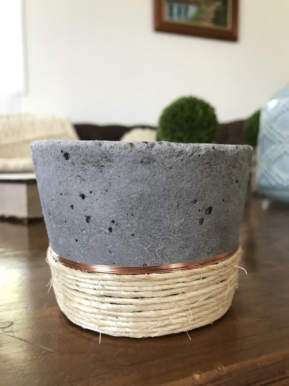 Maceta / posa vela concreto + alambre de cobre + cáñamo