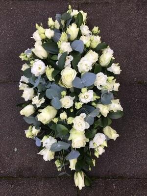 Ovaal bloemstuk met witte bloemen (60cm)