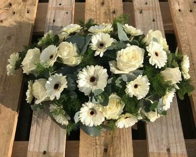 Ovaal bloemstuk met witte bloemen (lange zijde 40 cm)