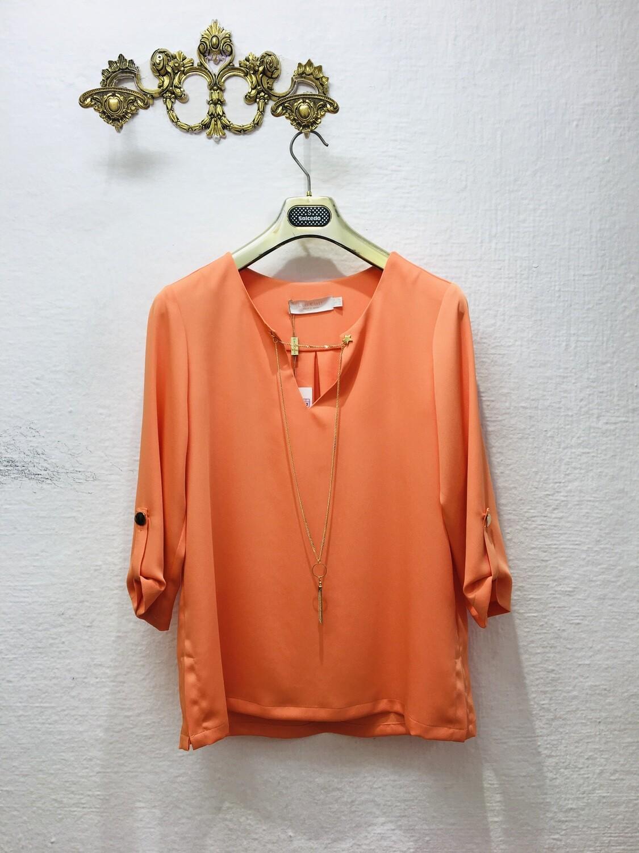 Blusa naranja cadena
