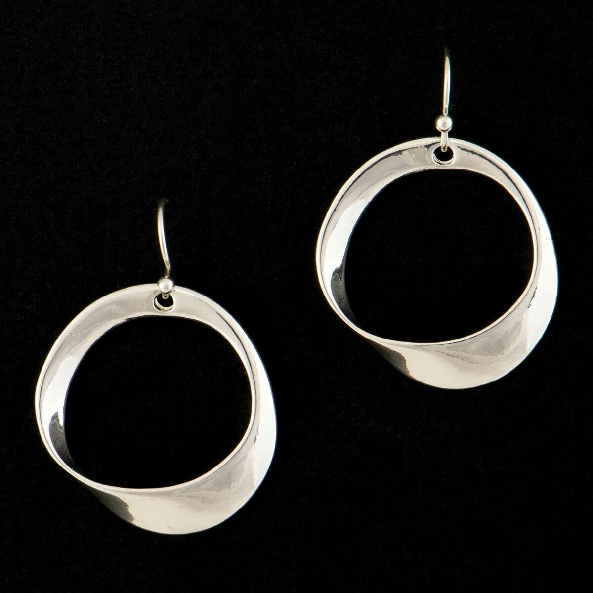 Earring with curved circle