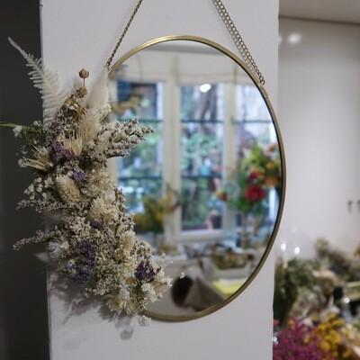 Miroir fleuri en laiton blanc et mauve Parme