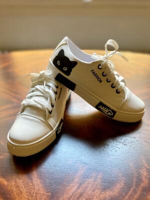Zapatillas blancas.