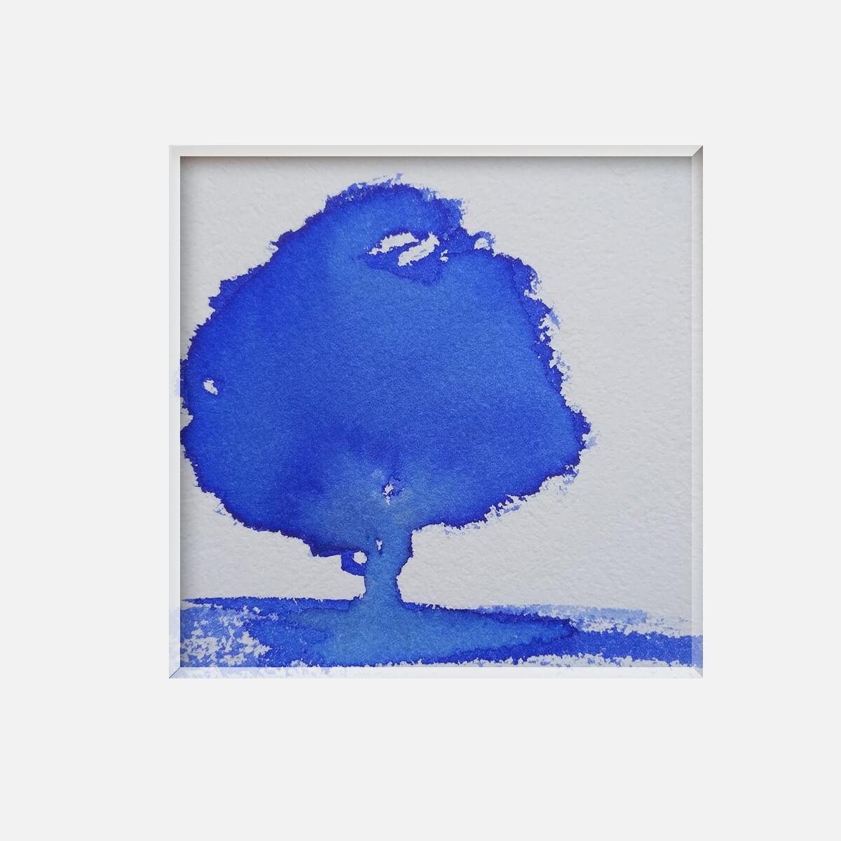 Arbre seul bleu