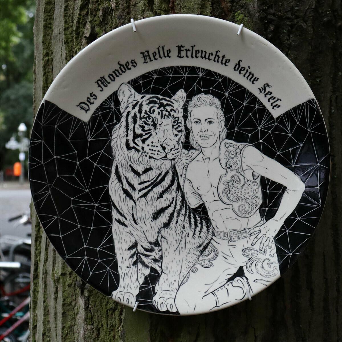 Animals & Mankind, Tamara Trölsch, handgefertigter Keramikteller, versch. Motive, 25 cm Durchmesser, 2019