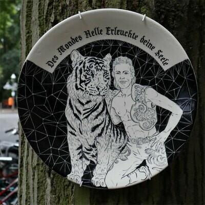 Tamara Trölsch: Animals & Mankind, , handgefertigter Keramikteller, versch. Motive, 25 cm Durchmesser, 2019