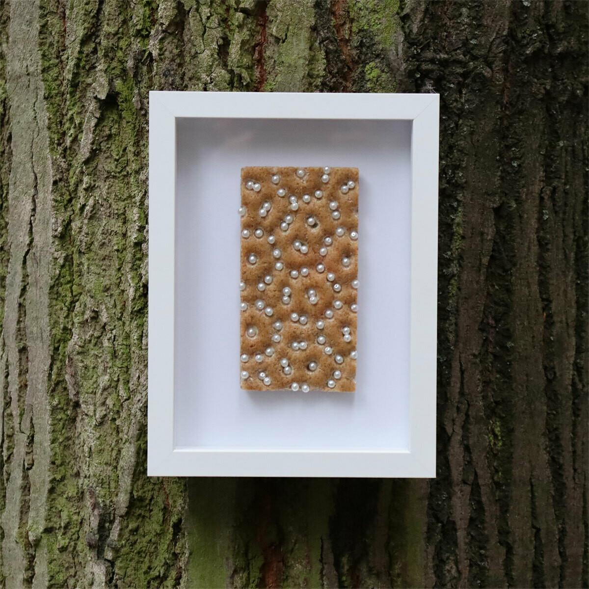 Prêt-a-manger, Gabriele Regiert, 24 x 18 x 3,5 cm, Knäckebrot/ Perlen, auf der Rückseite mit Nagellack signiert, Edition #1, Auflage 15, Berlin 2020