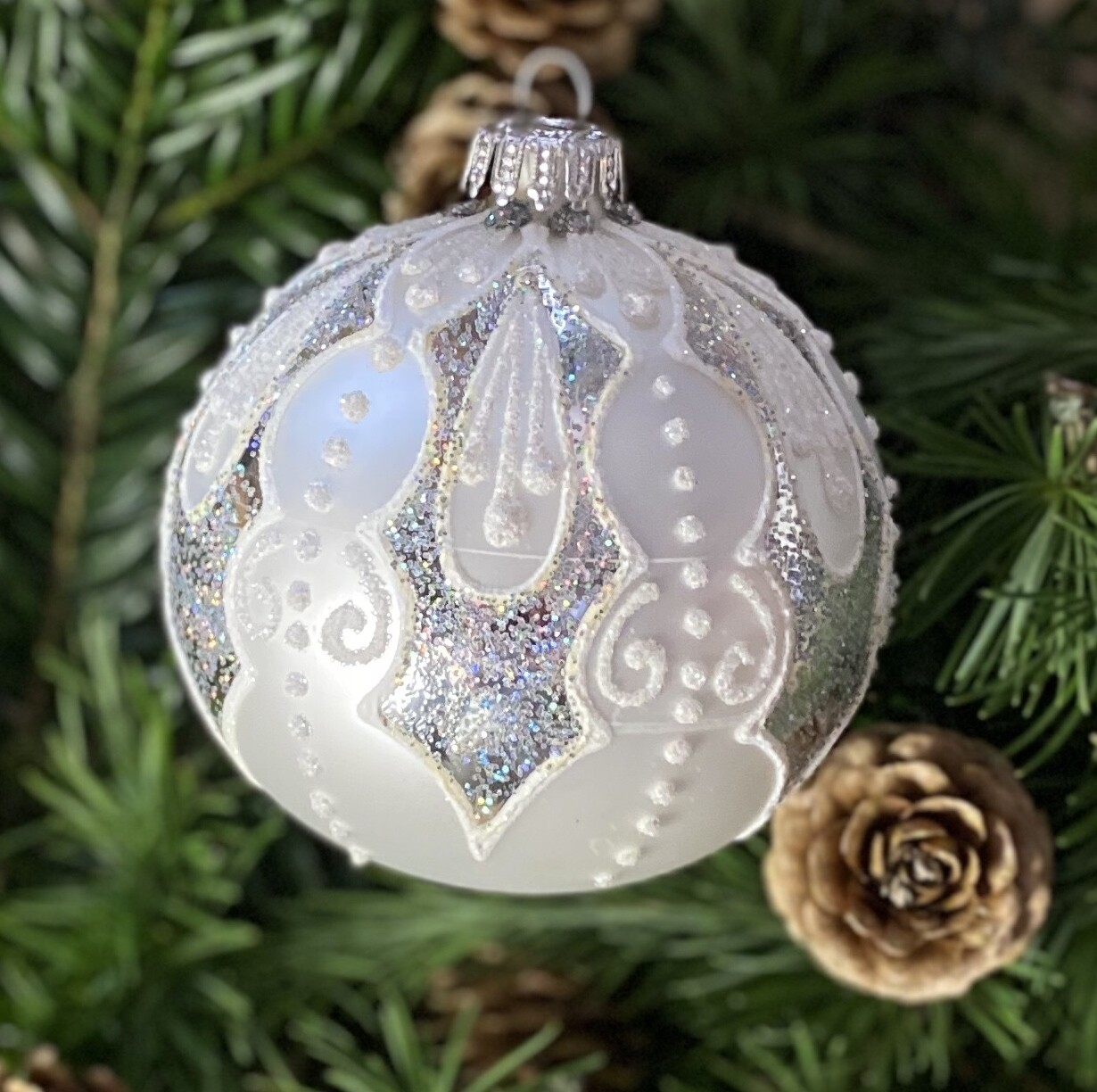 8 cm sølvfarvet julekugle