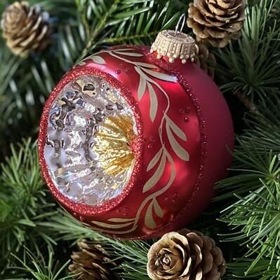 8 cm. Klassisk rød julekugle med reflektor