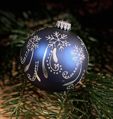 8 cm mat blå julekugle med sølvfarvet vinterlandskab