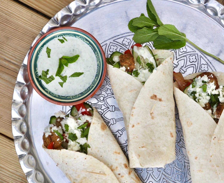 Wraps met falafel, gegrilde groentes, munt en tzatziki