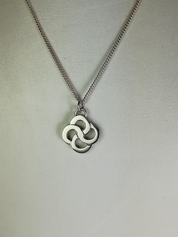 Dije Logo chico en galeria plata 925