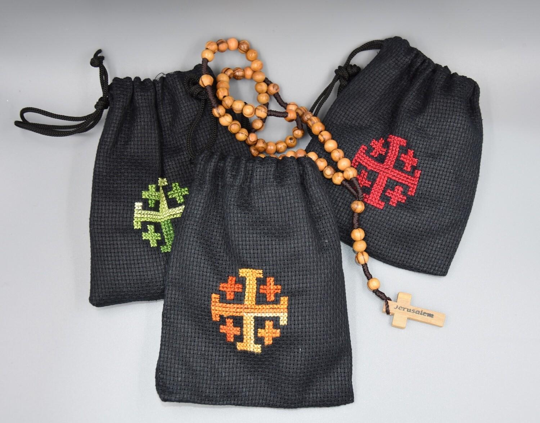 Rosenkranz aus Olivenholz mit Jerusalemkreuz auf schwarzem Grund