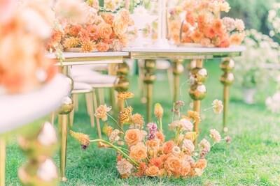 Aranjament floral cu dalii si trandafir in nuante coral si ocru