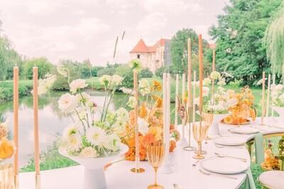 Aranjament elegant cu flori albe pe vas de ceramica