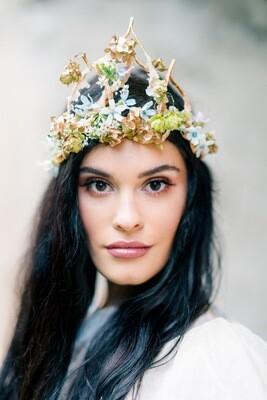Coronita Golden Queen decorata cu flori naturale