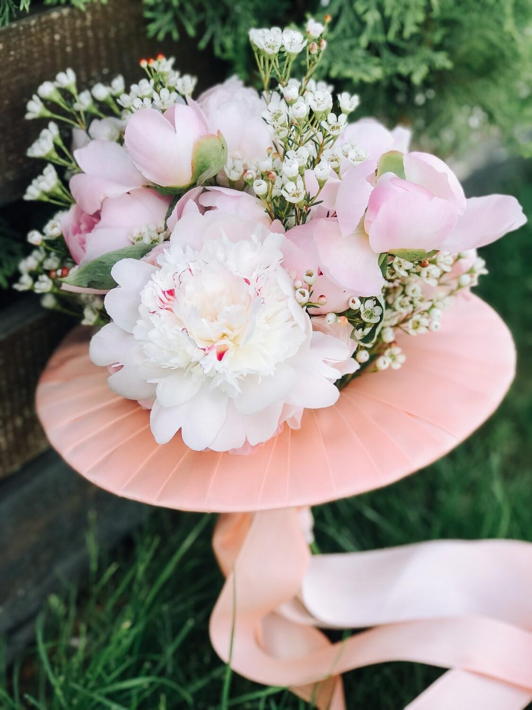 Buchet pastelat cu trandafiri de grădina sau bujori