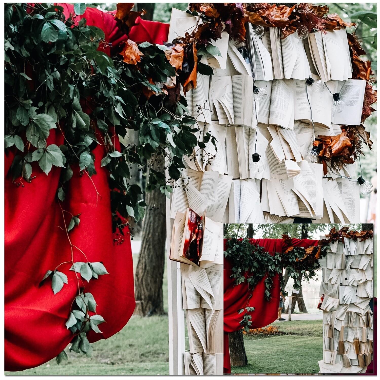 Fotocorner tematic cu drapaj și panou cu cărți.