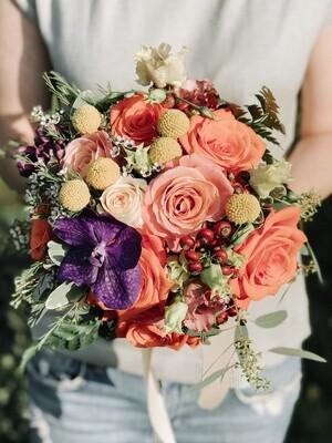 Buchet cu cromatica orange și Accente cu Orhidee Vanda mov
