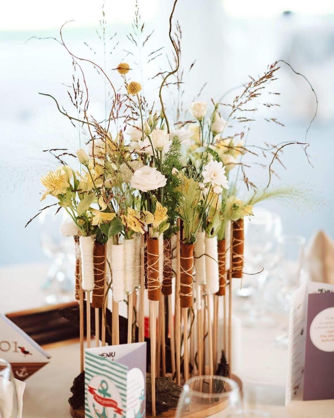Aranjament cu flori naturale albe, galbene și salcie creată