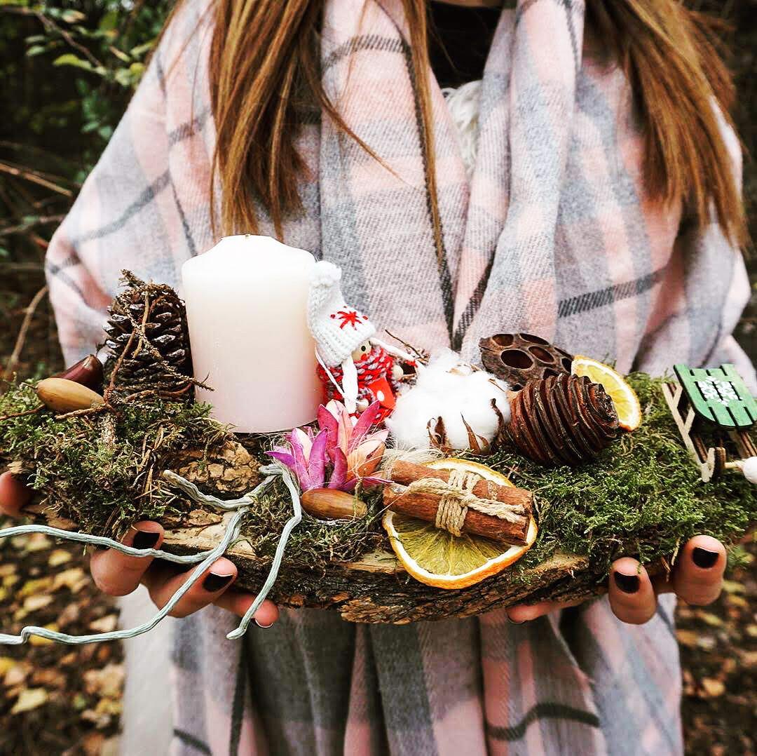 Cadou decorativ pe felie de lemn cu mușchi verde