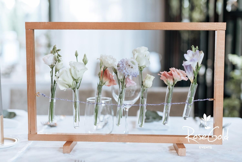 Rama cu flori de sezon pentru mese lungi sau rotunde