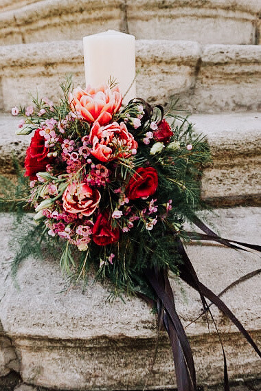 Lumânare decorata cu flori naturale de sezon