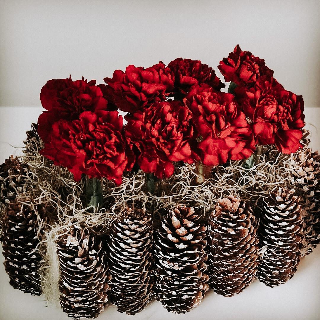 Instalație florala cu conuri de brad