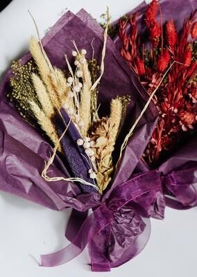 Martisoare cu flori naturale nemuritoare in buchetele iubibile