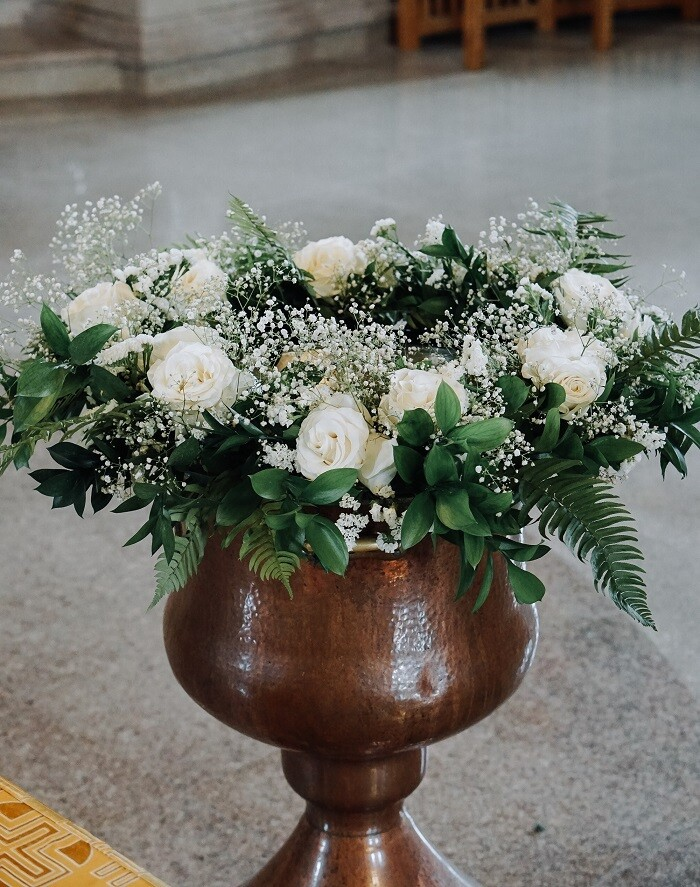 Aranjament floral de cristelnita cu trandafiri albi,gypsophila,feriga si ruscus