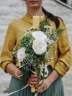 Lumanare de botez cu gypsophila, flori albe de sezon si verzi