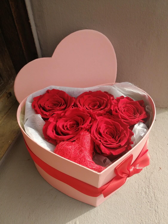 Roses éternelles dans une boîte coeur