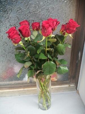 10 Roses rouges dans un vase en verre