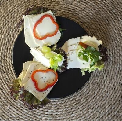 Franskbrødssnitte med forskelligt ost og pynt