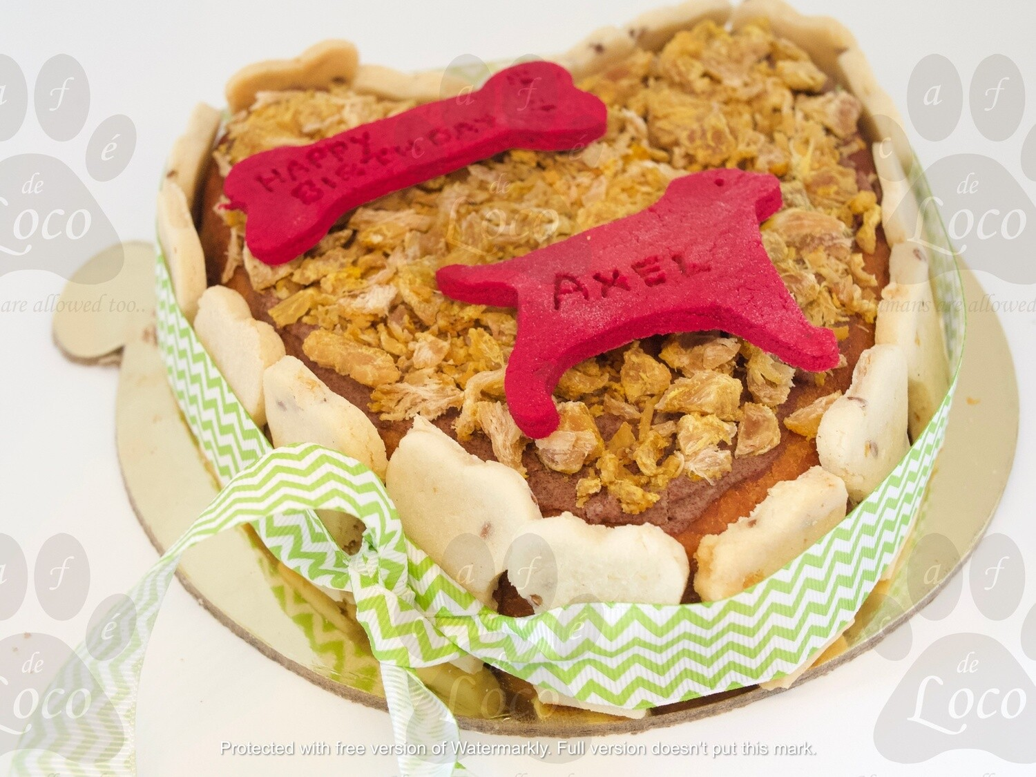 Non Icing cake with side cookies + top decoration ( Heart)