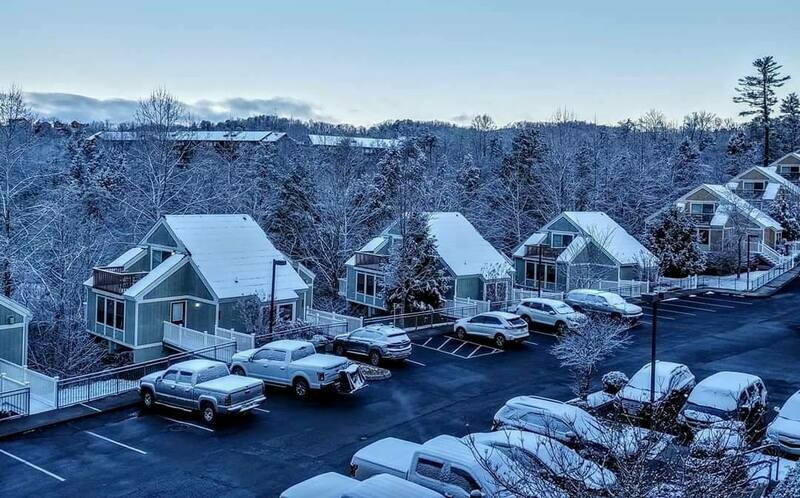 2 NIGHT CHRISTMAS GATLINBURG, TN DELUXE VILLA FOR 4, Bluegreen's MountainLoft Resort- 12/24/20-12/26/20