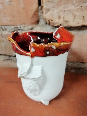 Vase en biscuit de porcelaine et émail rouge orangé