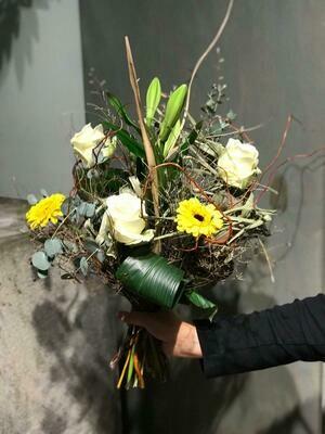 Schnittblumenstrauß luftig gebunden mit Eucalyptus und Trockenbeiwerk
