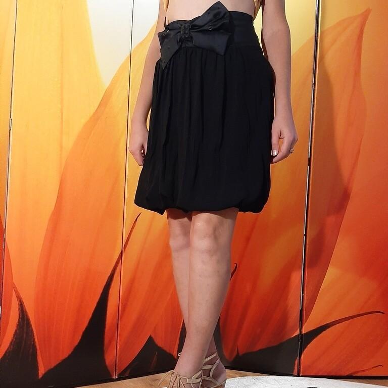 Чёрная юбка NZL Skirt длины миди с красивым бантом спереди
