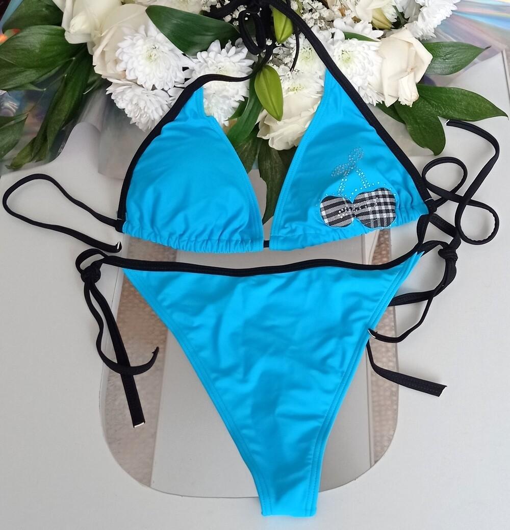 Голубой купальник с двумя трусиками (стринги и шорты) и вишенкой на лифе
