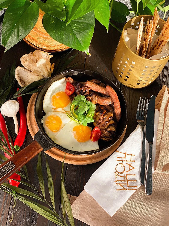 Похмільна сковорідка з трьох яєць, гливами та Нюргберськими ковбасками