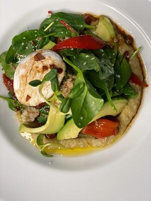 Середземноморський салат з печеним перцем та авокадо